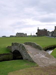 """De beroemde Swilcan Bridge op St. Andrews met op de achtergrond """"The Royal & Ancient""""."""