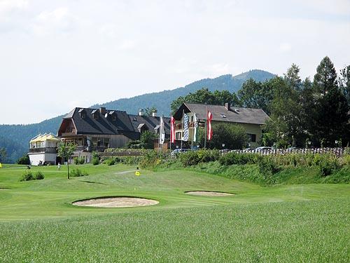 De green van hole 18 met het clubuis op de achtergrond.