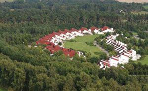 De bungalows gecentreerd in de baan