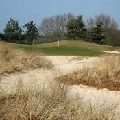 Mooie zandverstuivingen, zoals hier op hole 13.