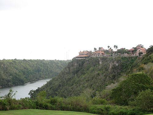 Altos de Chavon, de rivier in de diepte en de kunstenaarsnederzetting op de heuvel.
