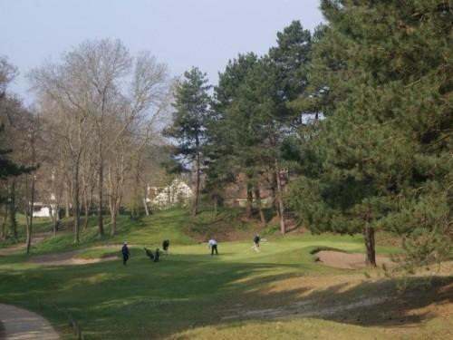 De vele diepe bunkers, bomen en smalle greens maken de golfbaan Les Pins van Golf D'Hardelot tot een ware uitdaging voor zowel de beginnende als gevorderde golfer