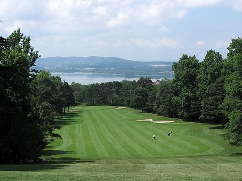 Golf Club Varese, hole 10 met uitzicht op het Lago di Varese.