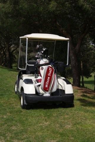 """Door het grote hoogteverschil is het verstandig gebruik te maken van een buggy Op Golf D""""Aro"""