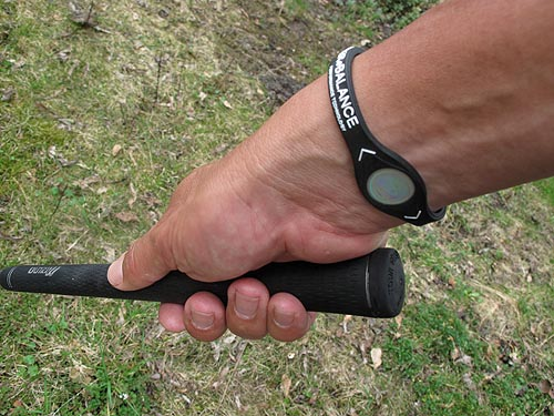 De Power Balance arm/polsband blijft de gemoederen bezig houden