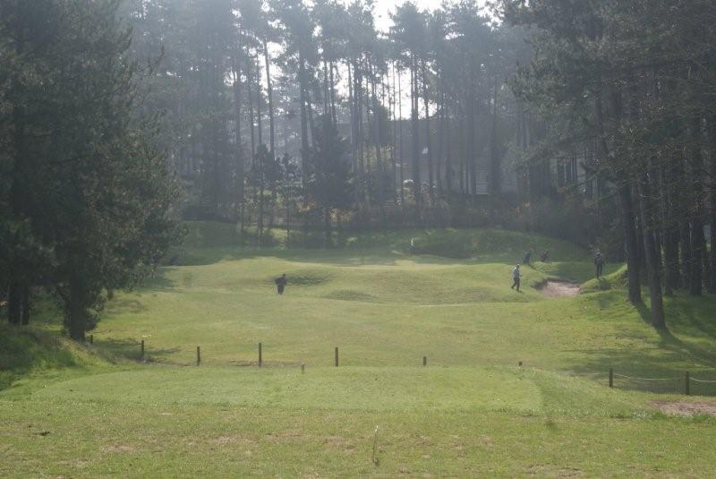 Zicht vanaf de teebox op de hoger gelegen green van hole 7 van les Pins, een uitdaging voor zowel de beginnende als gevorderde golfer